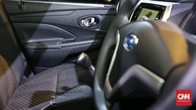 Bagian interior,bangku depan terpisah yang di tengahnya terdapat rem tangan hingga layar sentuh sebagai pusat informasi serta dual airbag.(dok.CNNIndonesia/Safir Makki)