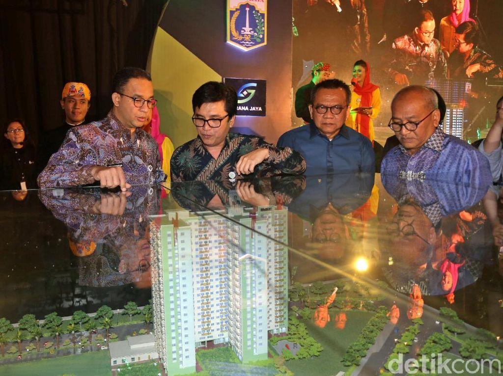 Anies Baswedan melihat maket rumah susun sederhana milik (rusunami) DP Rp 0 di lokasi pembangunan di Pondok Kelapa, Jakarta Timur, Kamis (18/1/2018).
