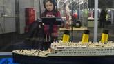 Kisah kapal Titanic yang terkenal juga menjadi objek imajinasi dalam pameran mainan LEGO di Polandia. (Anadolu Agency/Omar Marques)