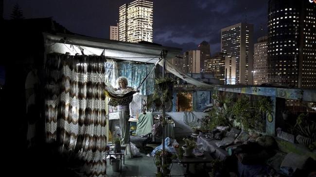 Sementara foto ini menunjukkan Ana Ashury, seniman yang menyimpan karyanya di atap di Ramat Gan, pinggiran Tel Aviv. (REUTERS/Corinna Kern)