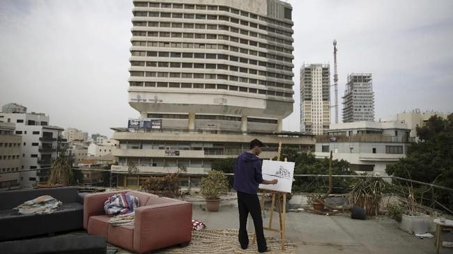 Keyakinan itu tak membuat kota ini dipandang sebelah mata. Gedung-gedung tinggi pun menjulang dan ruang bebas semakin berkurang. (REUTERS/Corinna Kern)