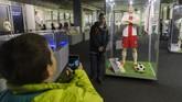 Sejumlah tokoh pun ditampilkan dalam susunan mainan LEGO dan menjadi atraksi foto bagi pengunjung. (Anadolu Agency/Omar Marques)