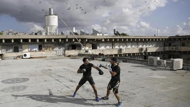 Di atap gedung-gedung ibu kota perekonomian dan hiburan ini, beragam kegiatan mulai dari yoga, seni, hingga kelas bela diri dilakukan oleh mereka yang kehabisan lahan.(REUTERS/Corinna Kern)