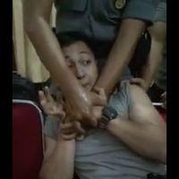 Terlihat wajah sang polisi yang ketakutan melihat petugas medis menyiapkan jarum suntik. (Foto: Facebook/Ria Shynaga)