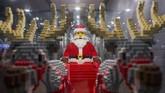 Santa Claus danpara rusanya juga jadi bagian dalam pameran mainan favorit banyak anak-anak di dunia ini. (Anadolu Agency/Omar Marques)
