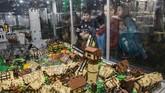 Anak-anak melihat sebuah desa dan sebuah puri yang terbuat dari mainan LEGO. (Anadolu Agency/Omar Marques)