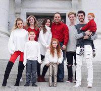 Tak percaya jika Jessica adalah ibu beranak 7? Ini buktinya. Ia tampak seumuran dengan anak-anak tertuanya, bukan? (Foto: Instagram/jessicaenslow)