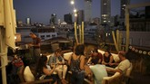 Di malam hari, atap gedung-gedung juga menjadi tempat bersosialisasi warga, lengkap dengan bar dan tempat menggelar pertunjukan. (REUTERS/Corinna Kern)