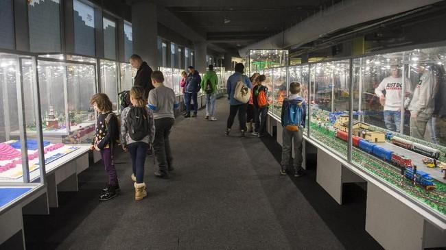 Orang-orang mengunjungi pameranLEGOdi Stadion Wroclaw di Wroclaw, Polandia pada tanggal 17 Januari 2018. PameranLEGO mencakup area seluas 1.700 meter persegi dengan sekitar 100 model atraksi yang berbeda. (Anadolu Agency/Omar Marques)