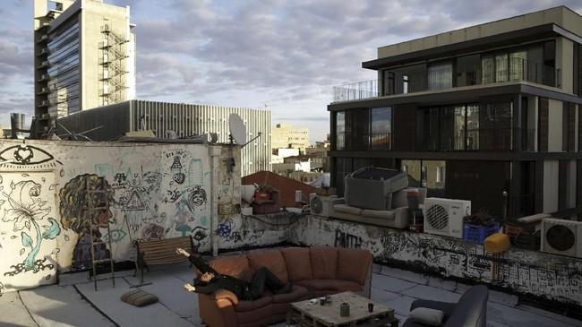 Sempitnya ruang bebas di tengah perkembangan cepat Tel Aviv membuat atap gedung menjadi salah satu pilihan lokasi rekreasi di Israel. (REUTERS/Corinna Kern)