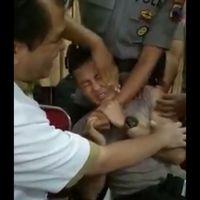 Beberapa kali teman yang sedang memegangi menampar sang polisi di pipi. Kemungkinan ia berusaha untuk mengalihkan perhatiannya dari rasa sakit disuntik. (Foto: Facebook/Ria Shynaga)