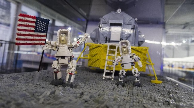 Tak lupa, misi Apollo-11 kebanggaan Amerika Serikat turut menjadi objek pameran LEGO di Polandia. (Anadolu Agency/Omar Marques)