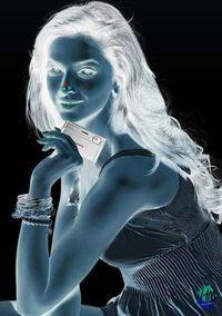 Coba lihat titik-titik di hidung gadis ini selama 10 detik dan kemudian alihkan pandangan ke arah lain, gambar gadis ini akan berubah jadi penuh warna. Ini disebut dengan ilusi fisiologis. Wah, ilusi optik memang luar biasa ya! (Foto: moillusions.com)