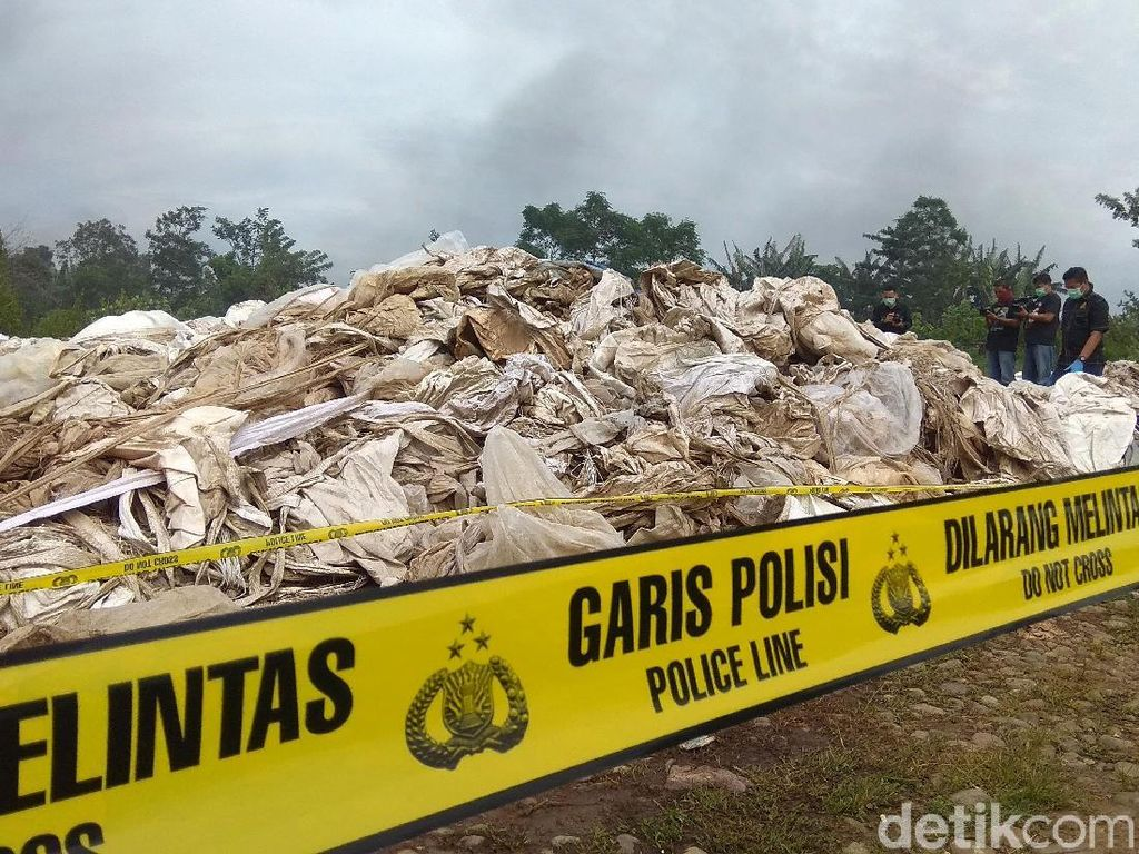 Foto: Ngeri! Ini Tumpukan Karung Beracun di Karawang