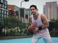 Aktivitas fisik dr Mike tidak hanya sebatas olahraga di pusat kebugaran saja. Di sela waktu senggang ia juga aktif bermain tenis dan basket. (Foto: Instagram/doctor.mike)