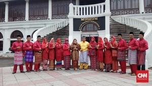 Pakaian Adat Resmi Jadi Seragam Dinas PNS di Palembang