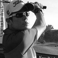 Selain suka melancong dan berpetualang, Teuku Rian ternyata hobi main golf juga lho. Foto: Instagram/teuku.rian