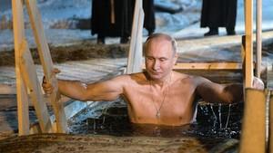 Perayaan Epiphany, Vladimir Putin Ceburkan Diri ke Danau Es