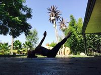 Di luar maupun di dalma ruangan, Miley selalu menyempatkan diri untuk yoga demi kebugaran tubuhnya. Foto: Instagram/@mileycyrus