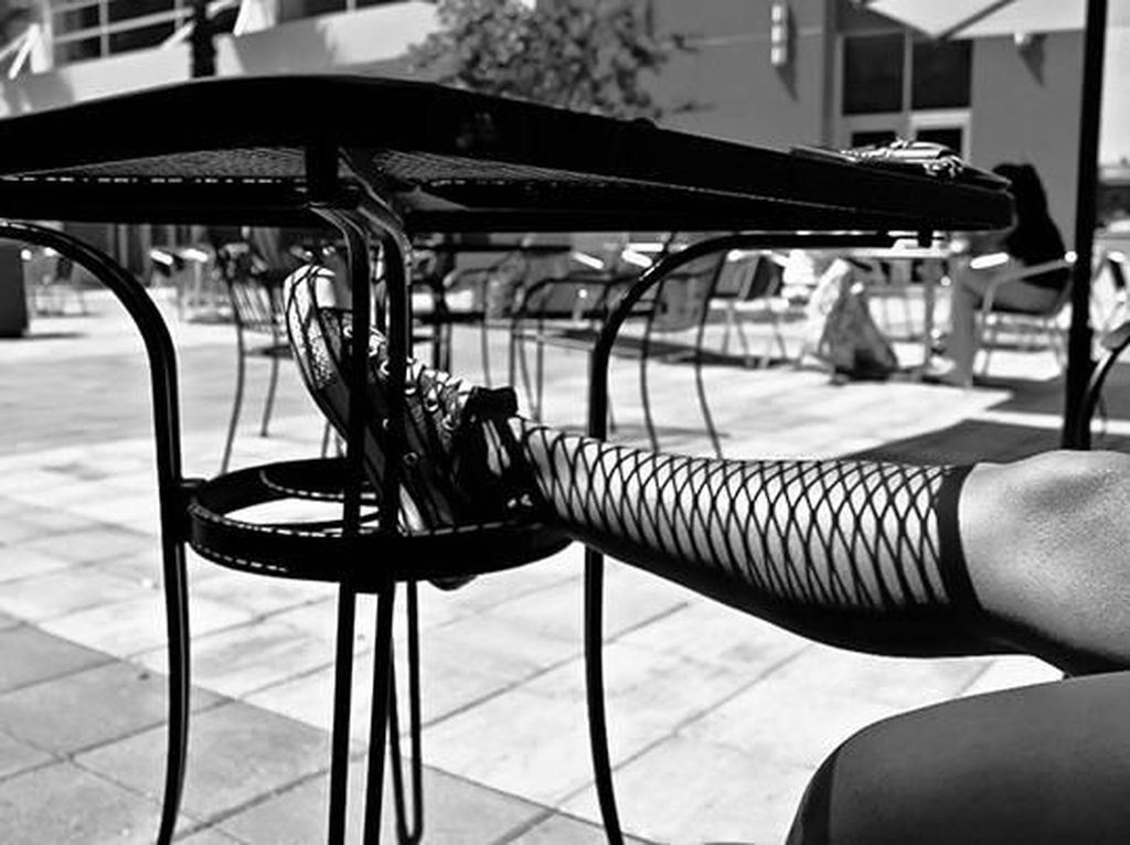 Nyatanya pada kaki wanita ini bukanlah stocking namun hanya bayangan meja. (Foto: Boredpanda)