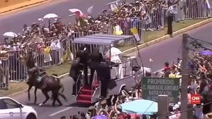 VIDEO: Saat Paus Menolong Polisi Cile yang Jatuh dari Kuda