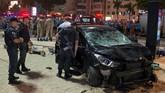Menurut kepolisian, sopir mobil itu kehilangan kendali sehingga menabrak pembatas trotoar. Sopir itu kemudian dibawa untuk diinterogasi. (AFP Photo/Carl de Souza)