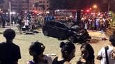 Pesisir pantai Copacabana yang sedang dipadati turis berubah mencekam ketika sebuah mobil menerobos trotoar pembatas dan menabrak kerumunan orang pada Kamis (18/1). (Reuters/Sebastian Rocandio)