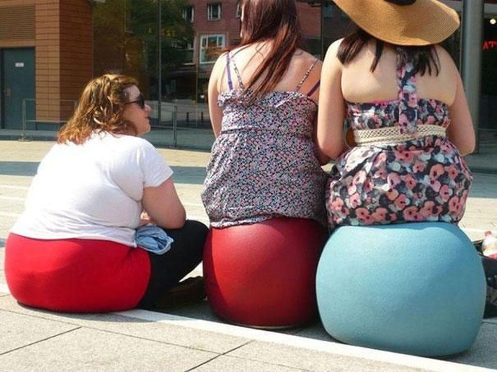 Ups! wanita berbaju putih ini bokongnya seperti tempat duduk. (Foto: Boredpanda)