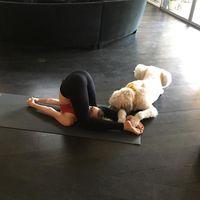 Bahkan Miley melakukan yoga ditemani dengan hewan peliharaannya. Foto: Instagram/@mileycyrus