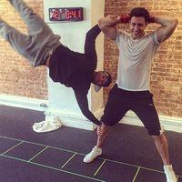 Agar tidak bosan dr Mike melakukan variasi olahraga body weight training. Ia bersama temannya melakukan pose human flag. (Foto: Instagram/doctor.mike)