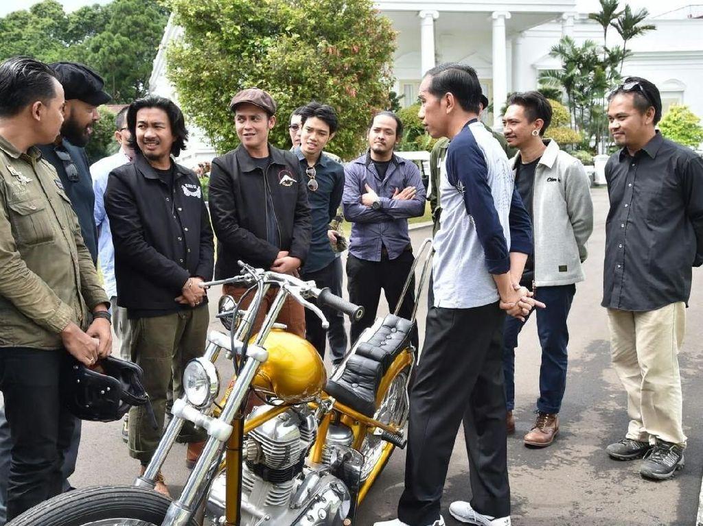 Pertama kali Jokowi kepincut chopper emas itu pada acara Sumpah Pemuda di Istana Bogor pada 28 Oktober 2017.