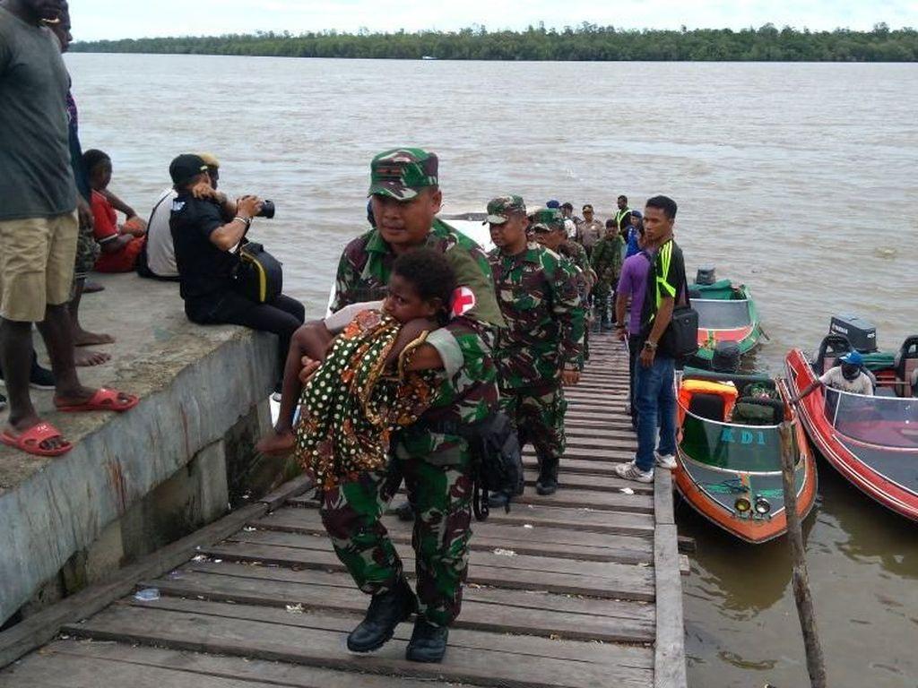 Potret Satgas Kesehatan TNI Beri Vaksin ke Anak-anak Asmat
