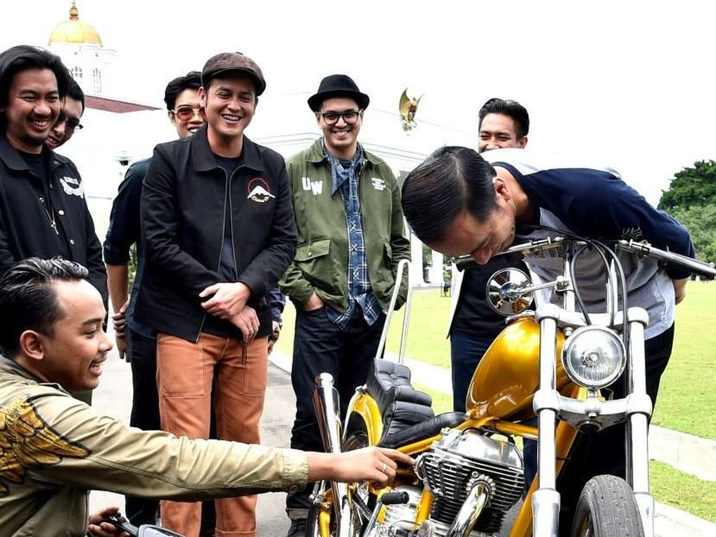 Jokowi sempat menunggangi salah satu motor chopper garapan bengkel tersebut hingga akhirnya memutuskan membelinya.