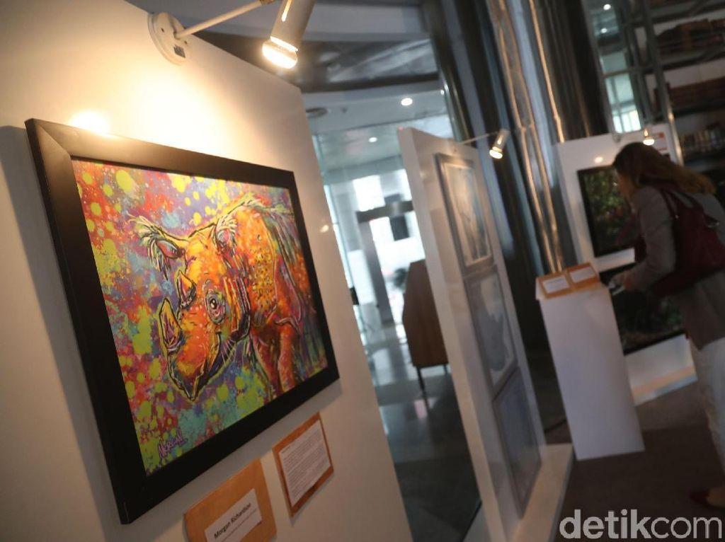 Semua karya dan produk yang ditampilkan di pameran seni ini akan disumbangkan langsung oleh para seniman dan mitra mereka kepada program konservasi badak sumatera.