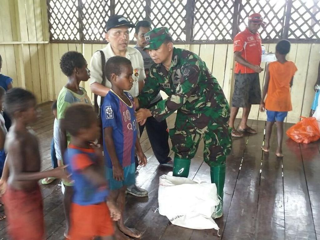 Satgas Kesehatan TNI memberikan vaksinasi untuk warga. Foto: puspen tni