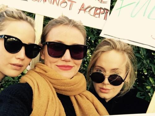 Kala Adele, Jennifer Lawrence, dan Cameron Diaz Selfie Bareng Saat Demo