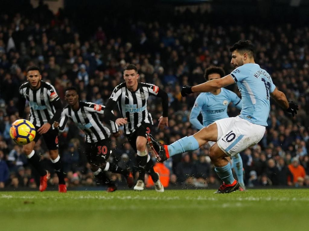 Manchester City 3-1 Newcastle United (20 Januari 2018). Di pekan sebelumnya, City baru saja menelan kekalahan pertamanya dari Liverpool di Anfield. Hat-trick Sergio Aguero menegaskan bahwa City bisa langsung balik ke jalur positif. (Foto: Lee Smith/Action Images via Reuters)