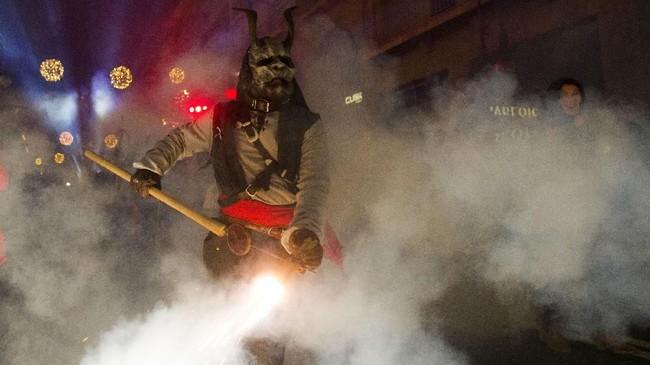 Correfocs terbilang baru bagi masyarakat Catalunya, Spanyol. Perayaan ini amat populer pada dekade 80-90an. (AFP PHOTO / JAIME REINA)