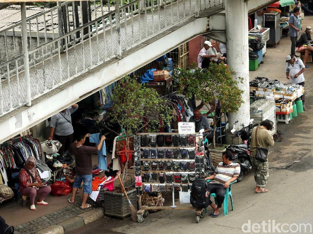 Para PKL tersebut tentunya sangat mengganggu kenyamanan pejalan kaki yang melintas di kawasan Jatinegara tersebut.
