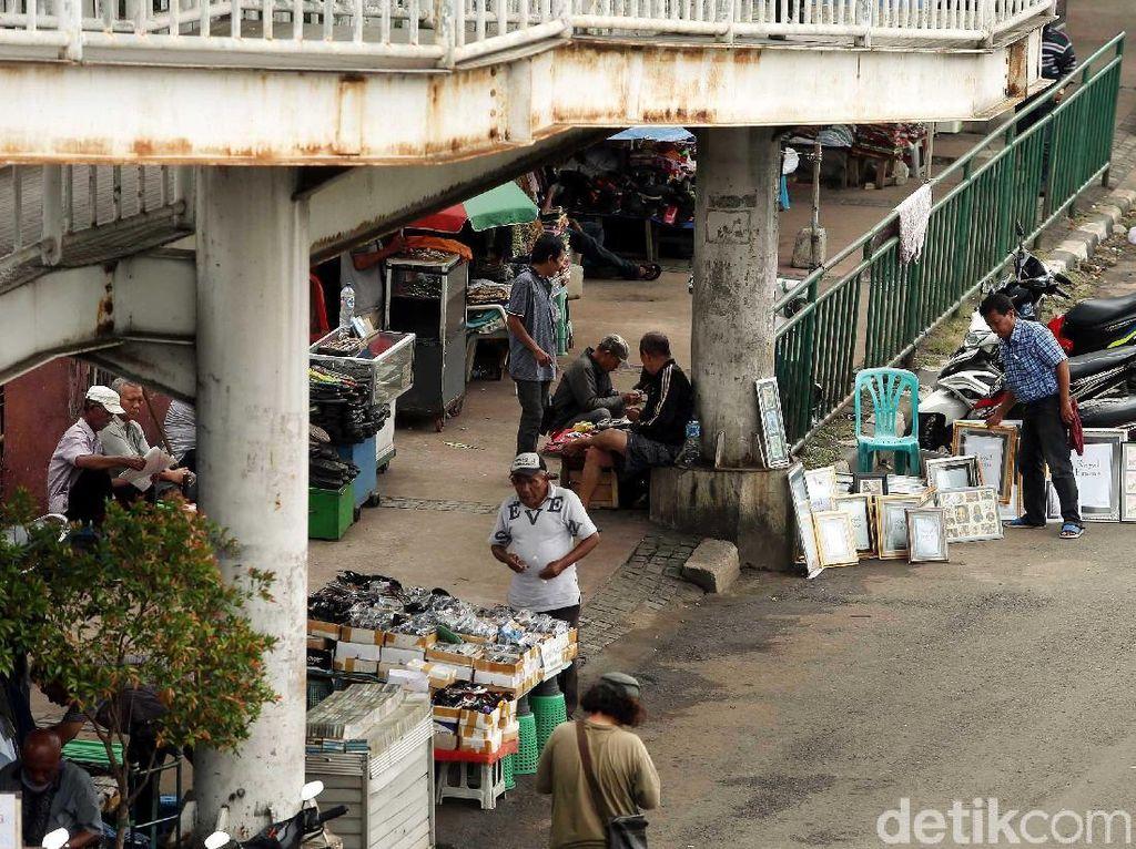 Mulai dari makanan hingga pakaian digelar oleh PKL di atas trotoar.