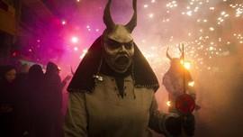 FOTO: Menari dengan 'Iblis' dalam Correfoc di Spanyol