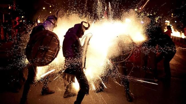 Di Palma de Mallorca, Spanyol, jelang akhir Januari menjadi momen bagi perayaan Correfocs. Perayaan tradisional ini bermakna api yang berkobar dan berlari ke berbagai arah. (REUTERS/Enrique Calvo)