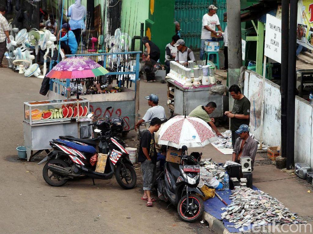 Tak hanya pedagang, para pengunjung juga parkir sembarangan dan memicu kemacetan panjang di kawasan tersebut.