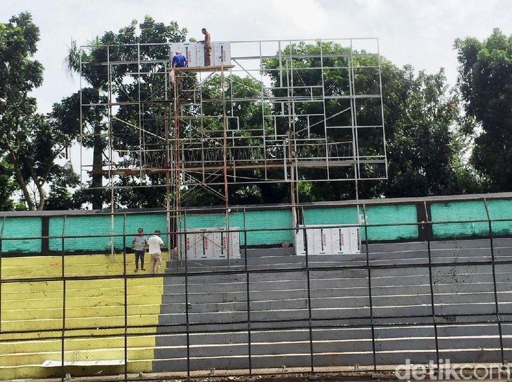 Papan skor di stadion juga akan diganti dengan yang baru.