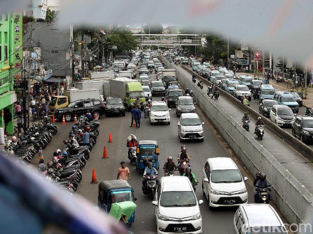 Beginilah penampakan terkininya. Mobil dan motor terlihat parkir di bahu jalan di kawasan Jatinegara, Senin (22/1/2018).