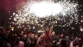Kembang api yang berkobar dan menyala bukan sekadar pertunjukkan, melainkan sebuah simbol penyucian yang diyakini oleh masyarakat setempat.(REUTERS/Enrique Calvo)