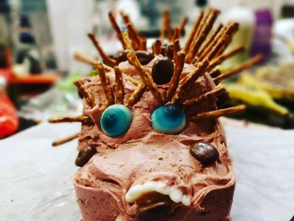 Harusnya bentuk kue ini apa ya? Kok seperti kuda namun gigi dan matanya tak simetris dan penempatan creamnya kacau. Foto: Istimewa