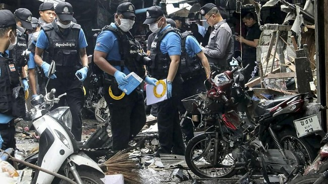 Pelaku meletakkan bom di sebuah sepeda motor yang diparkir dekat sebuah gerobak di pasar yang menyebabkan tiga orang di dekatnya tewas seketika. (AFP PHOTO/TUWAEDANIYA MERINGING)