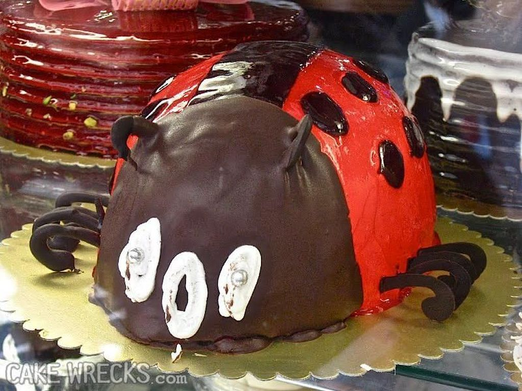 Cake berbentuk kumbang ini sebenarnya sudah bagus. Namun, mata dan mulutnya malah meleleh jd tak keren lagi. Foto: Istimewa
