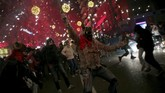 'Iblis' tersebut berjalan-jalan di sepanjang rute perayaan, melewati para penonton, dan memutar-mutarkan tongkat berisi kembang api ke berbagai arah. (REUTERS/Enrique Calvo)